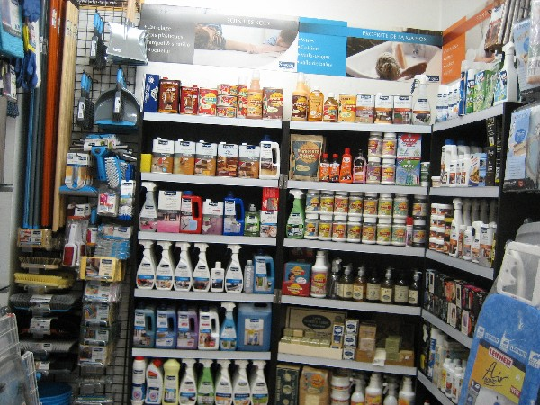 Dans l'espace Droguerie de votre magasin AUX ARTS DE LA MAISON, on vous conseillera le bon produit pour entretenir votre maison. Nous référençons Starwax, Nuncas, la cire des 3 frères,<br /> les pâtes à polir bistro etc...