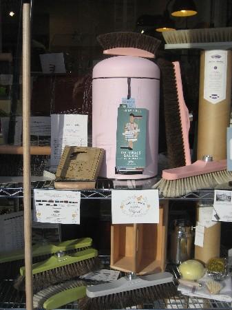 """La brosserie """"ANDREE JARDIN"""" est présente dans l'espace Droguerie de votre magasin """"AUX ARTS DE LA MAISON"""". Nous référençons toute la gamme de cette belle brosserie fabriquée à Nantes."""
